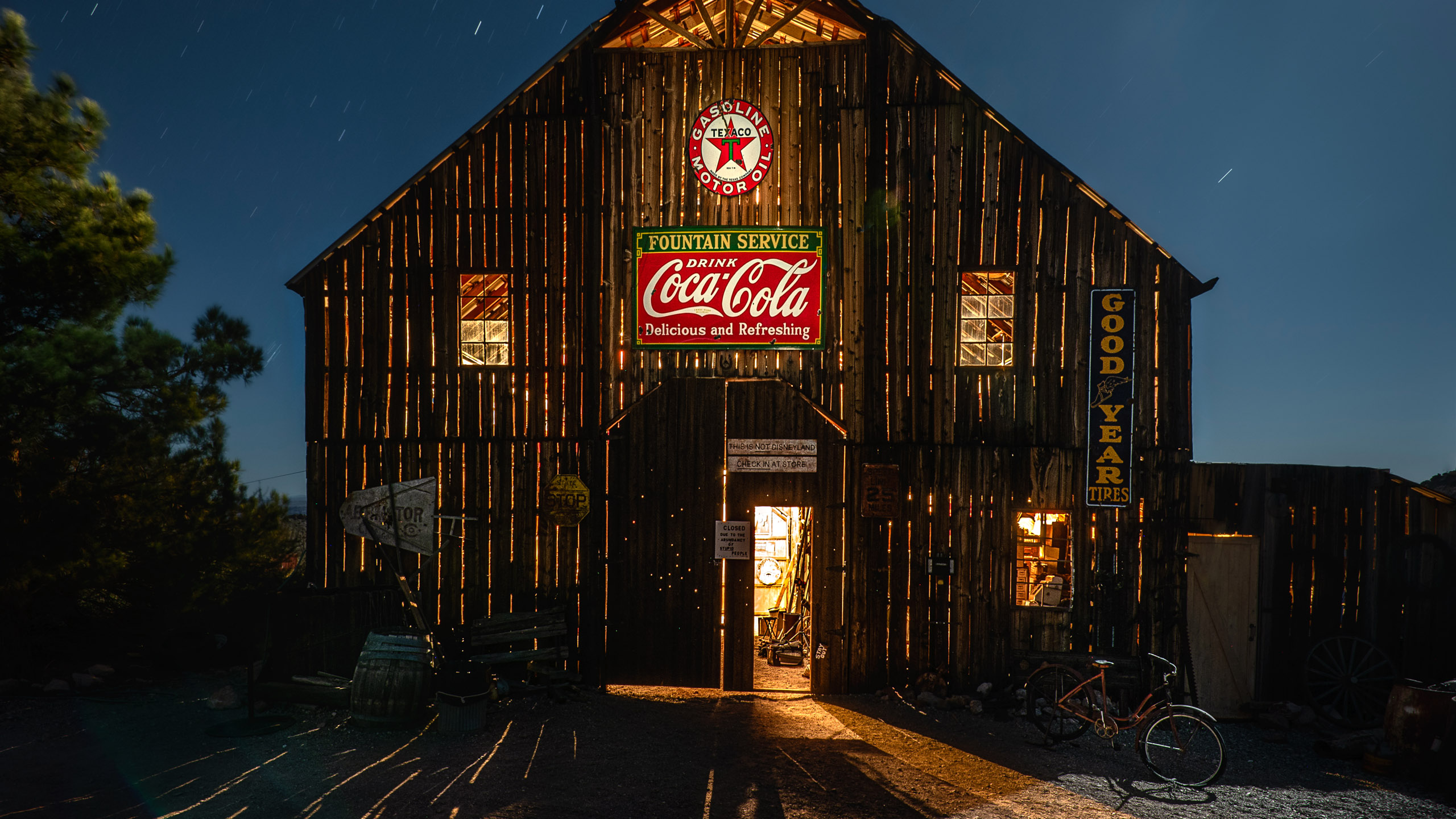 4904_kenlee_october2019trip_191010_2036_195sf8iso320_barn-glowing-from-within_PHOTOFOCUS HEADER