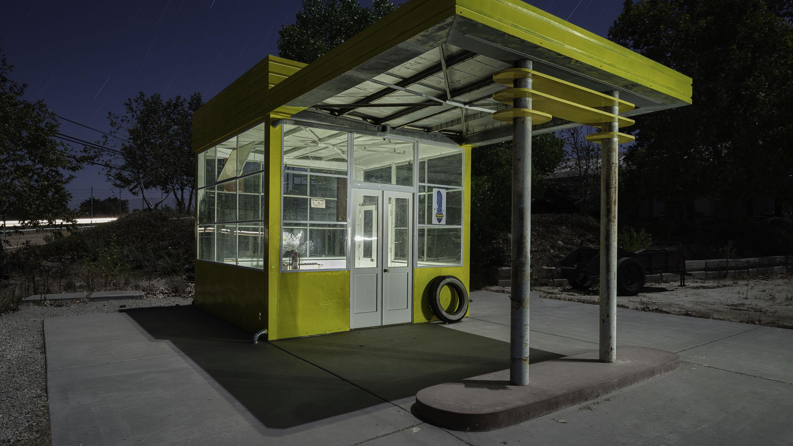 2792_kenlee_motortransportmuseum_201004_0238_12mtotal-3mf8iso200_yellow-service-station-corner-startrails_2560x1440px-HEADER-PHOTOFOCUS