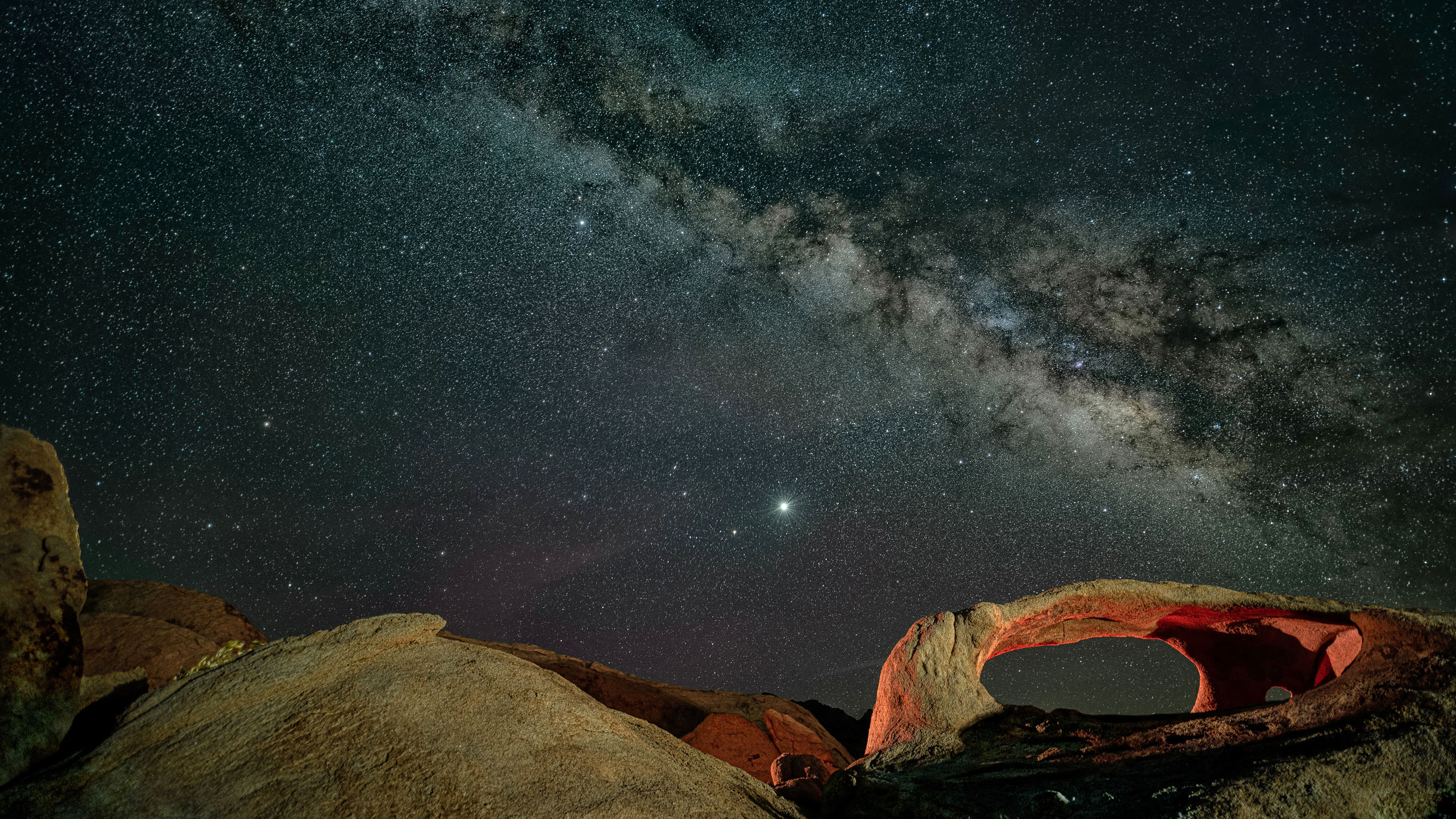 6322_kenlee_ojo-oro-arch_200517_0207_earth-135sf25iso400_sky17photosat15sf25iso4000_milkyway-landscape-low-lookingup_2560x1440px-Photofocus-Header