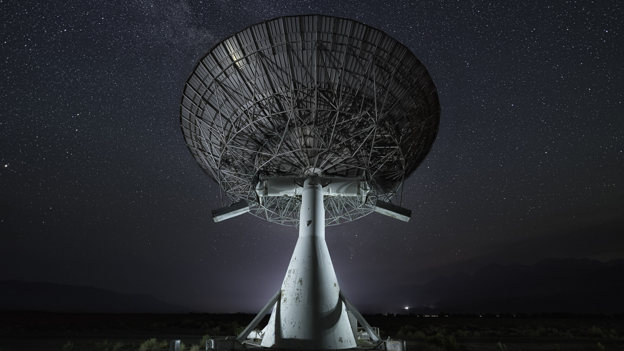 8509_kenlee_owensvalley-milkyway_210712_2303_20totalstacked-15sf24iso4000-trytoturnintomask_OVRO-radio-telescope-centered-south-HEADER